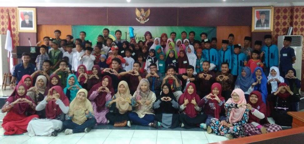 Foto Bersama para relawan dengan anak-anak yatim